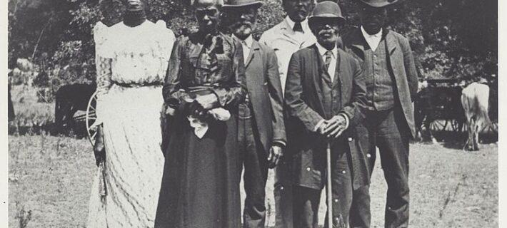 Group of elderly people on Juneteenth in Eastwoods Park, Austin, TX 1900. - Mrs. Charles Stephenson (Grace Murray), Public domain, via Wikimedia Commons